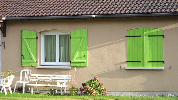bright green shutters. vert volet