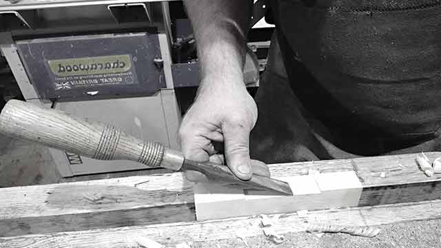 cleaning the edges of the door hinge slot